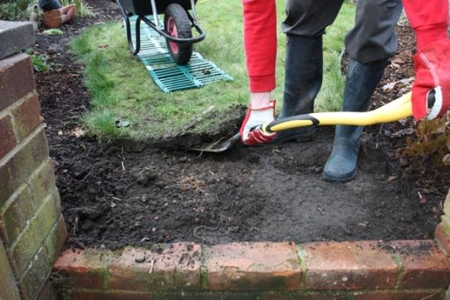 Снять дерн с помощью лопаты