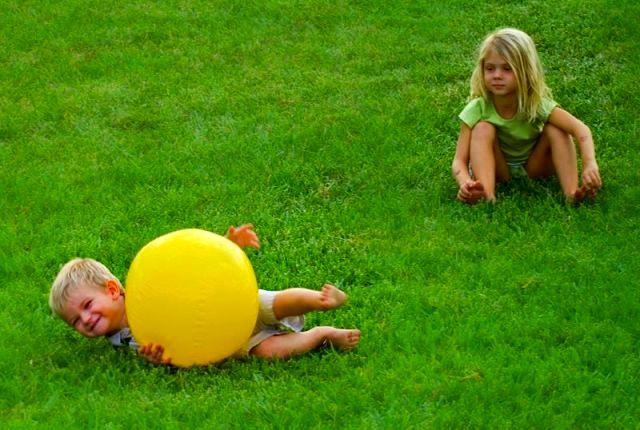 Дети на газоне