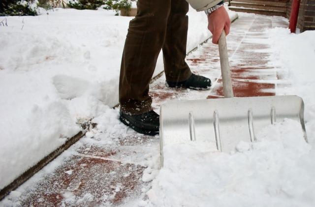 Набрасывание снега на газон